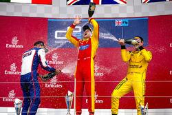 Podium: winnaar Jordan King, Racing Engineering, tweede  Luca Ghiotto, Trident, derde Oliver Rowland, MP Motorsport vieren met champagne