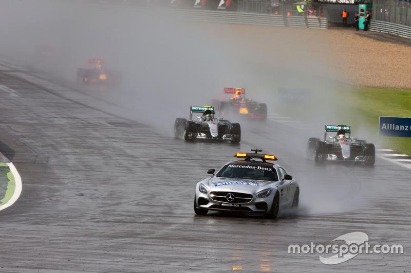 Una nueva carrera con lluvia que empieza tras el coche de seguridad. Para indignación de pilotos y aficionados, además, tardó varias vueltas en retirarse. Tanto tardo que, cuando abandonó la pista, ya era el turno de cambiar a compuestos intermedios.
