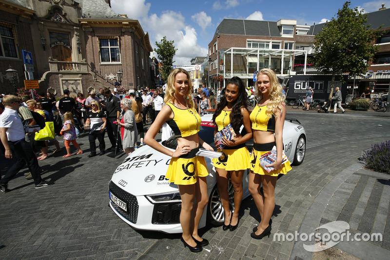 Pitspoezen poseren bij de Audi safety car in het centrum van Zandvoort