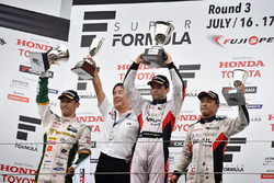 Podium: Sieger Joao Paulo de Oliveira, Team Impul; 2. Kazuki Nakajima, Team Tom's; 3. Yuhi Sekiguchi, Team Impul; Kazuyoshi Hoshino, Team Impul, Teamchef