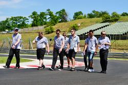 Pascal Wehrlein, Manor Racing camina por el circuito con el equipo