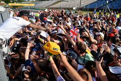 Lewis Hamilton, Mercedes AMG F1, gibt Autogramme