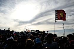 Болельщики и флаг Ferrari