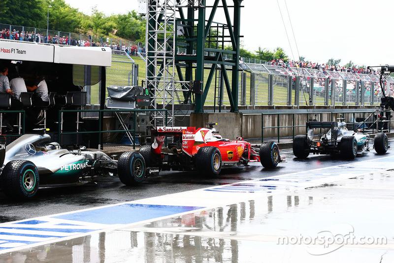 Lewis Hamilton, Mercedes AMG F1 W07 Hybrid, Kimi Raikkonen, Ferrari SF16-H y Nico Rosberg, Mercedes AMG F1 W07 Hybrid en el pit lane