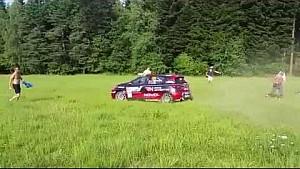 Un pilote évite les fans de justesse sur un rallye en Pologne