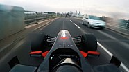Formel-1-Auto im Straßenverkehr