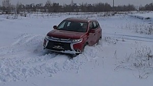 Mitsubishi Outlander 2018: занесений снігом